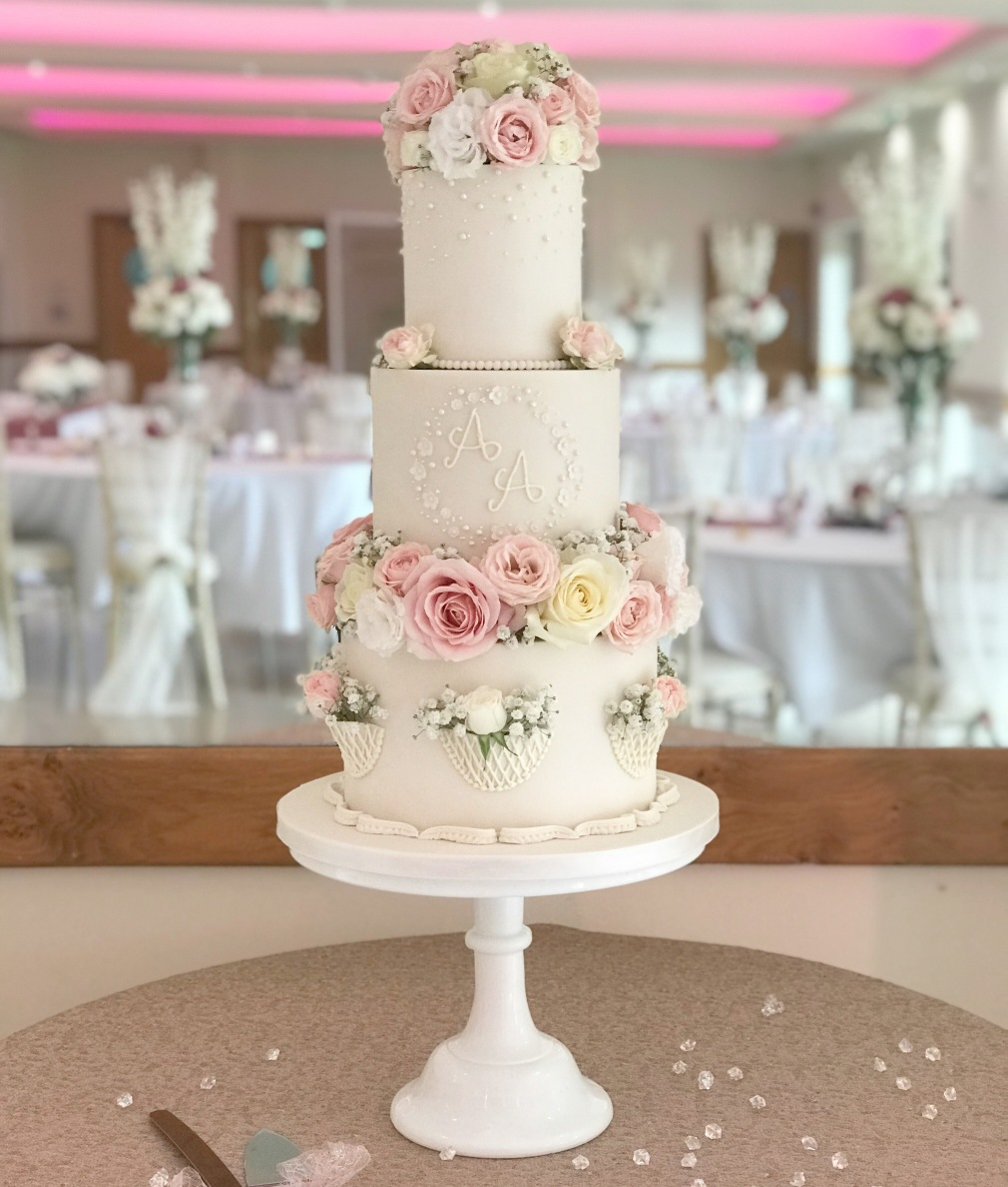 Canada Lodge and Lake, Cardiff, Traditional wedding cake with real flowers